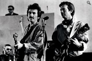 George Harrison junto a Eric Clapton. Ringo Starr aparece al fondo a la izquierda