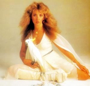 Stevie Nicks vestida de acuerdo a la portada de su álbum debut, Bella Donna (1981)